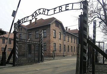 Eingangstor des KZ Auschwitz. Bild: Dnalor 01 [CC BY-SA 3.0] via Wikimedia Commons